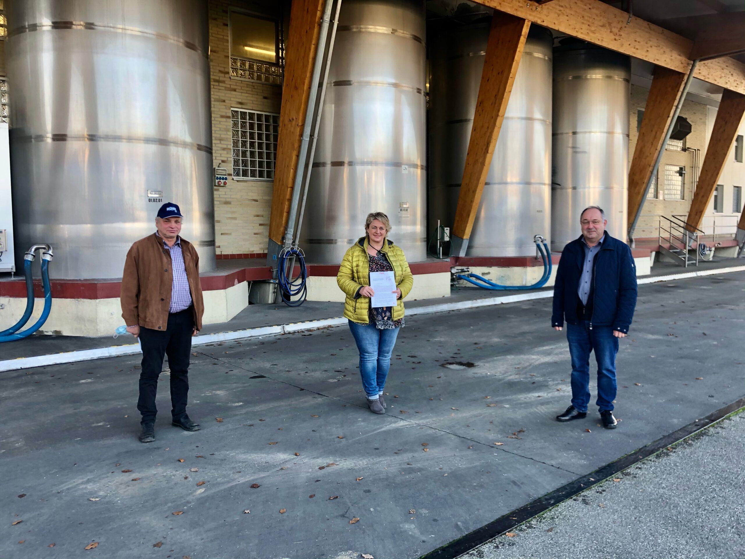 Landwirte vor den Frischli Milchwerken in Eggenfelden
