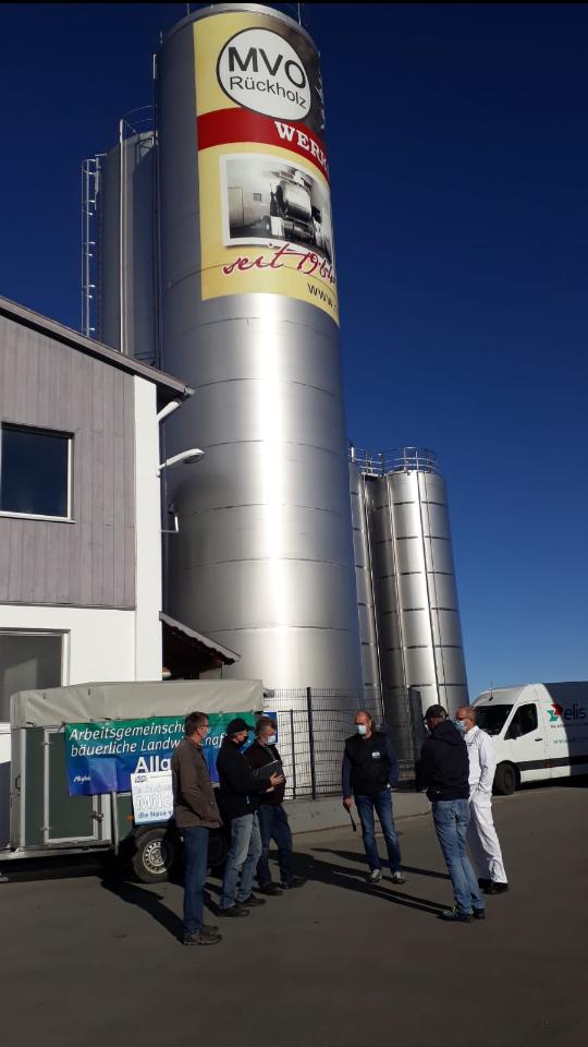 Landwirte erhalten das Schreiben vor der Milchverwertung Ostallgäu in Rückholz