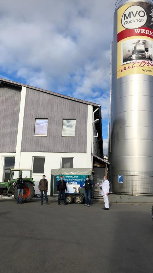 Landwirte vor der Milchverwertung Ostallgäu in Rückholz