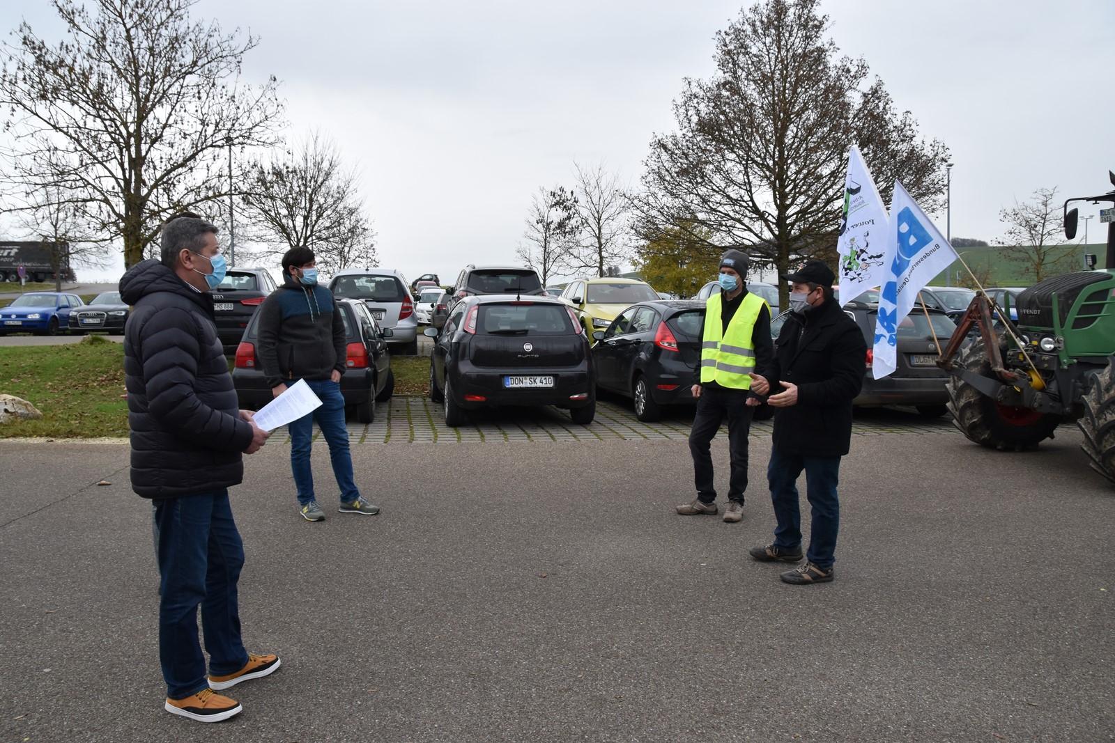 Landwirte im Dialog vor der Molkerei Gropper in Bissingen