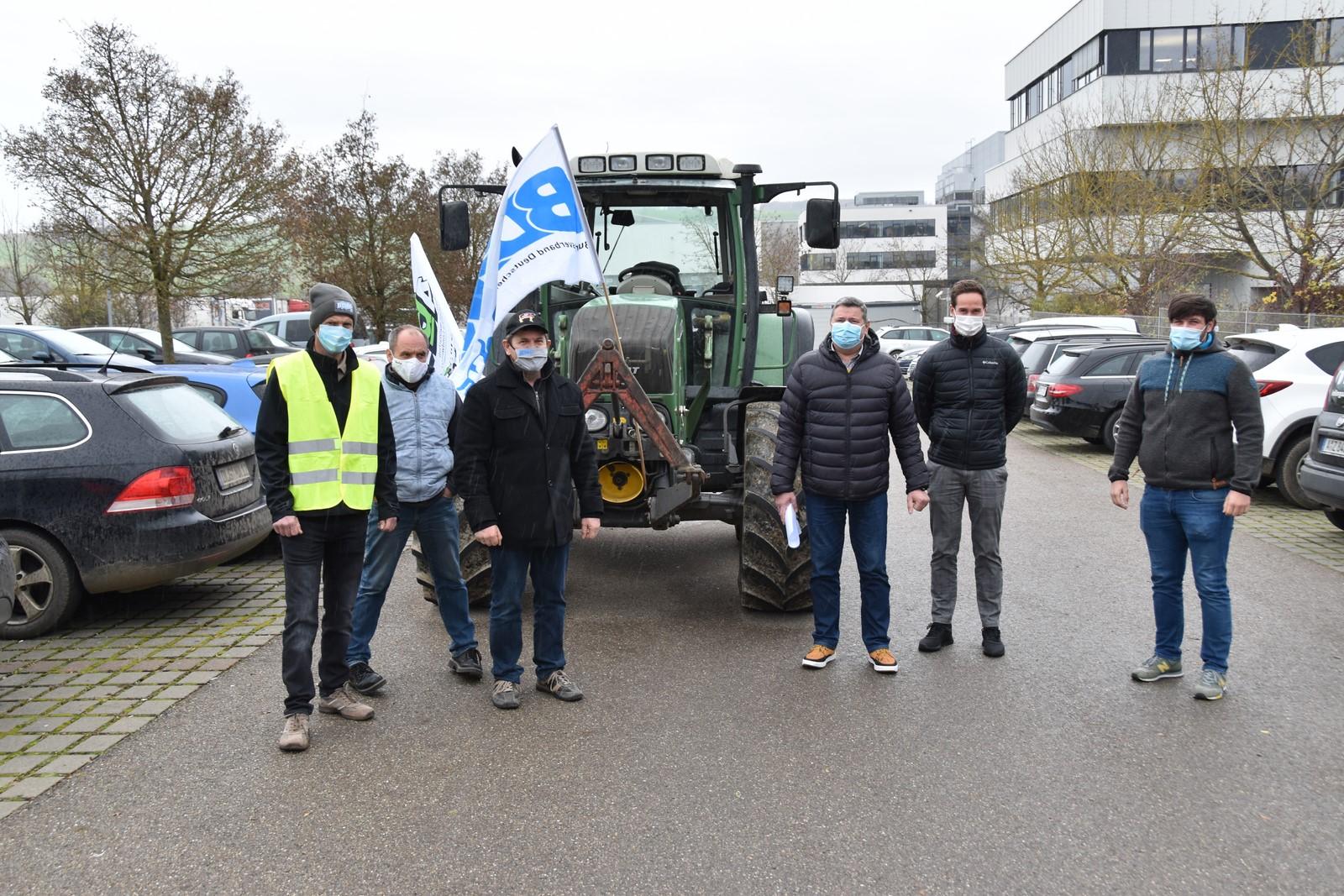Landwirte vor der Molkerei Gropper in Bissingen