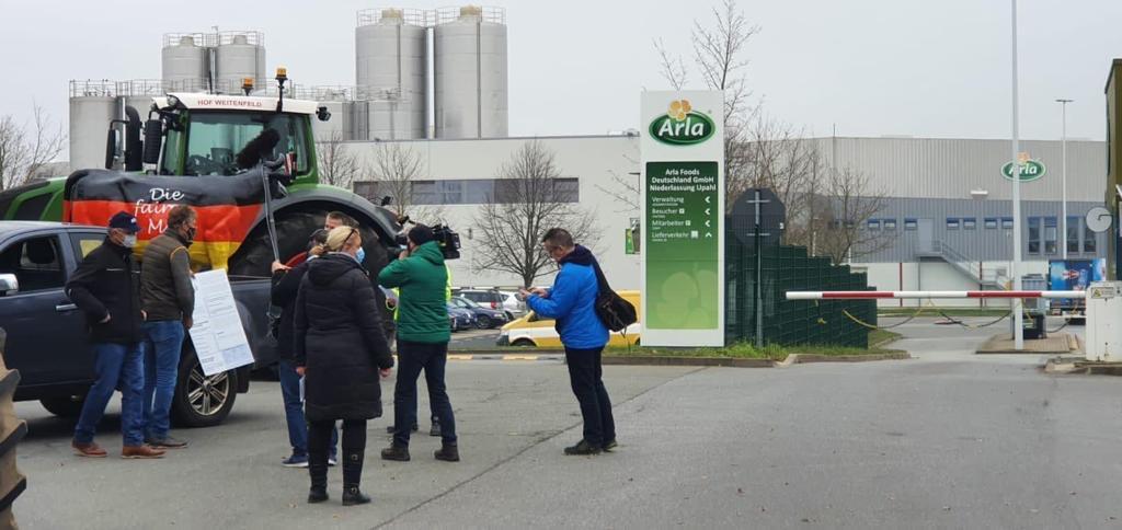 Landwirte übergeben die Forderungen an Arla Foods in Upahl