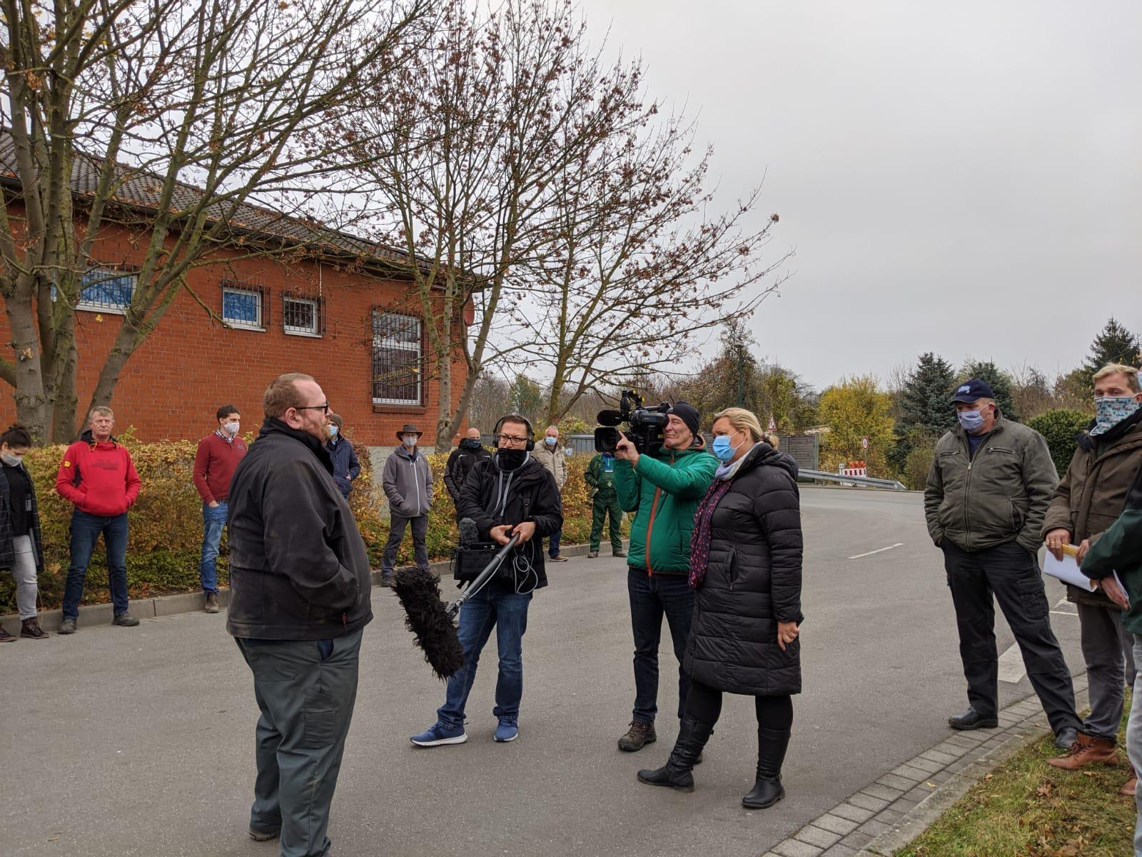 Interview der Landwirte vor der Molkerei Rücker in Wismar