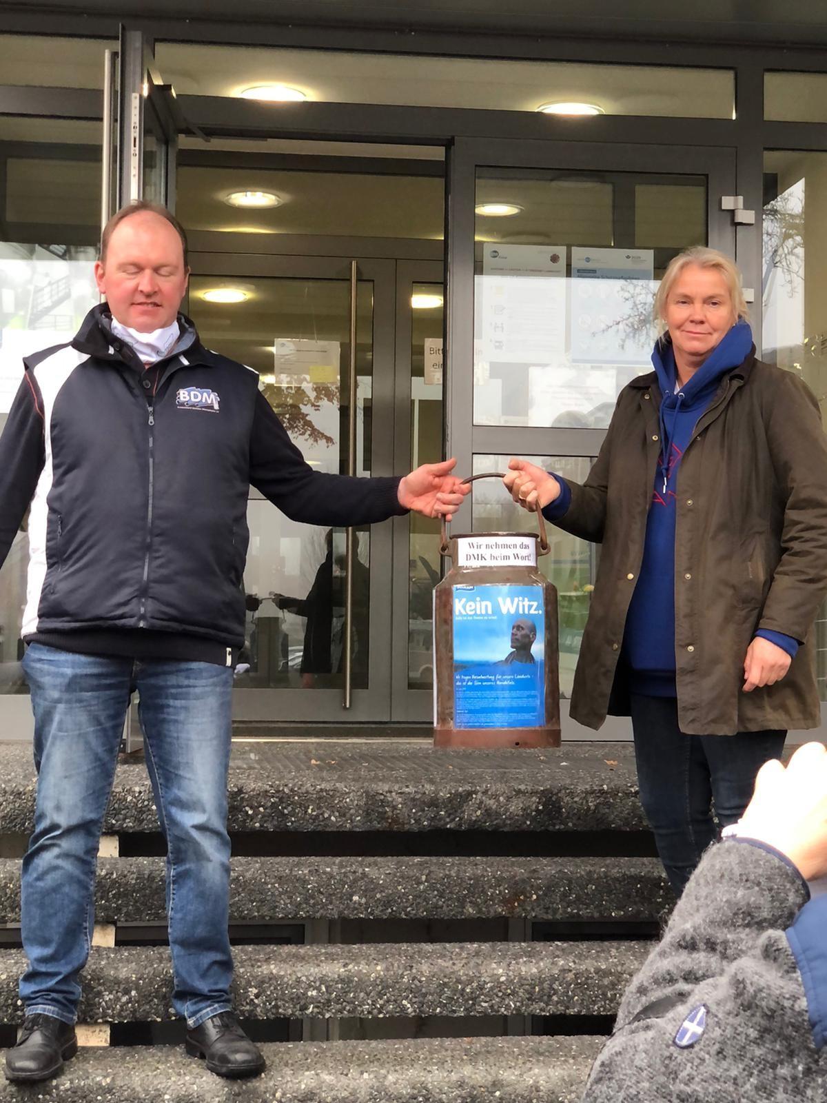 Landwirte übergeben die Forderungen an die DMK - Deutsches Milchkontor in Everswinkel
