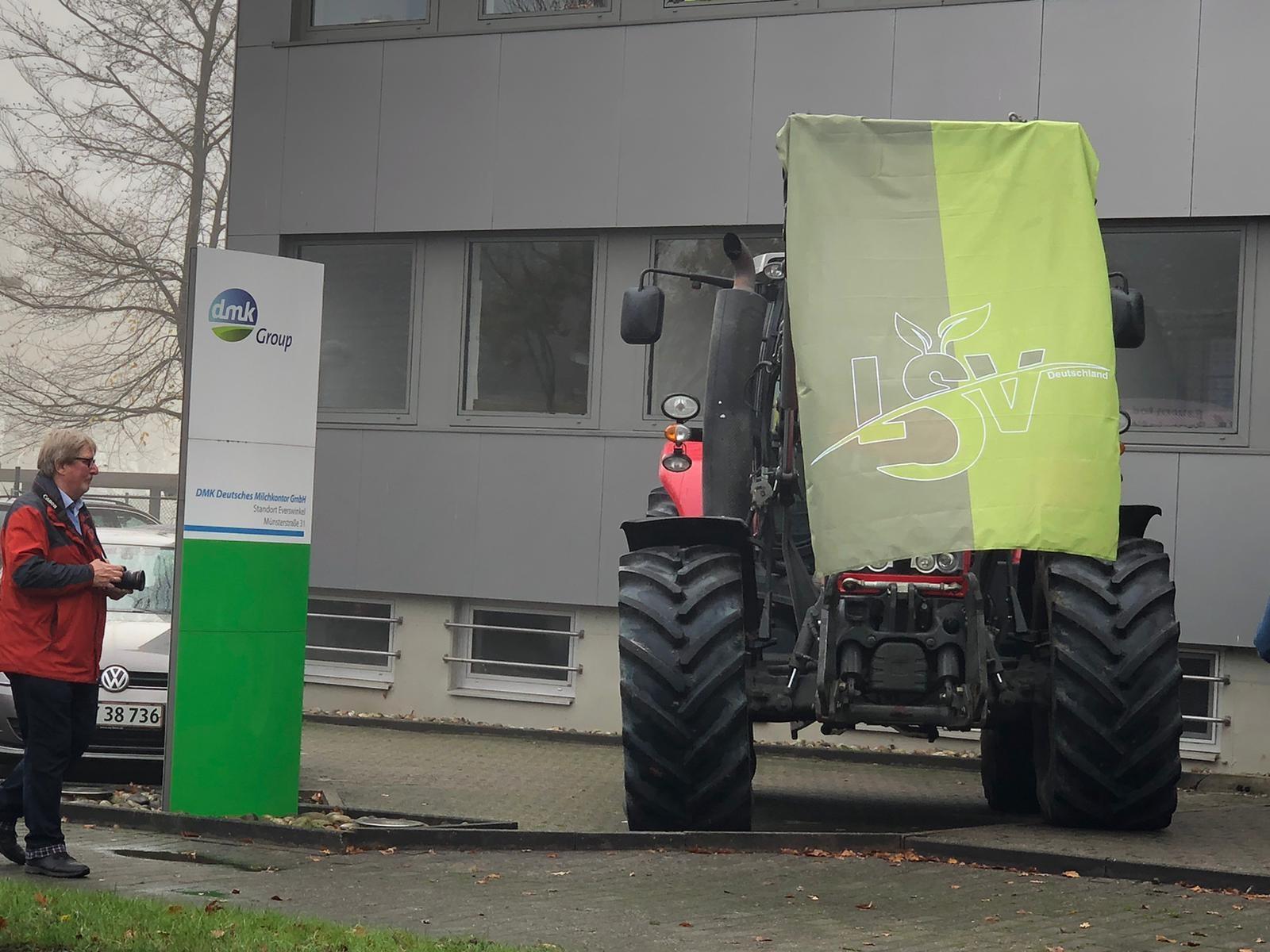 Landwirte vor dem DMK - Deutsches Milchkontor in Everswinkel